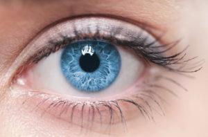 Глаз с радужной оболочкой голубого цвета