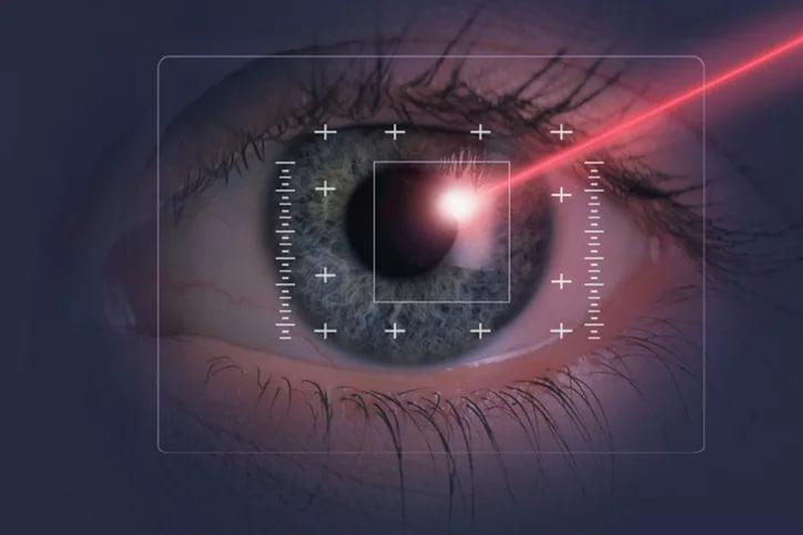 лазерный луч на зрачек глаза